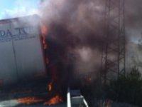 TIR'da yangın çıktı, içindeki mobilyalar yandı