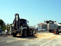 Devrilen TIR'daki buğday yola saçıldı