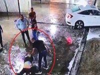 Dövüldükten sonra araçtan atıldı, başka bir araç çarptı; darp anları kamerada