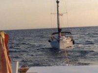 Bodrum açıklarında sürüklenen teknedeki 2 kişi kurtarıldı
