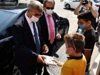 Karabük Valisi Gürel, maske takan çocuklara kitap hediye etti