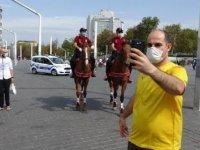 Taksim'de atlı polislerden koronavirüs denetimi