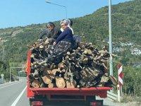Odun yüklü kamyonette tehlikeli yolculuk