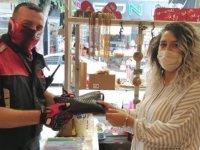 Para dolu çantayı polise teslim eden dükkan sahibine teşekkür ziyareti
