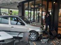 Fren yerine gaza basan ehliyetsiz sürücü, otomobille AVM'deki kafeye girdi: 2 yaralı