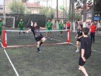 Sosyal mesafeli ayak tenisi turnuvası