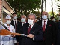 TBMM Başkanı Şentop, hediye kılıçla 'döner' kesti