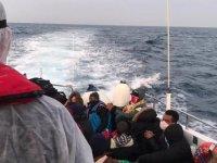 Yunanistan'ın ölüme terk ettiği 34 kaçak göçmeni Sahil Güvenlik kurtardı