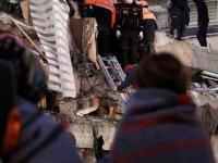 İzmir'de deprem enkazından 16 saat sonra bir kişi daha çıkarıldı