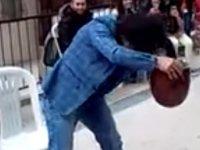 Saçıyla saz çalan adam videosu hayretler içinde bırakıyor