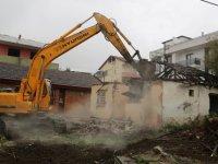 Marmara Depremi'nin 'merkez üssü'nde hasarlı binalar yıkılıyor