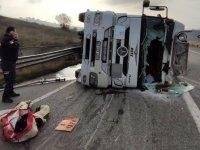 Bursa-İstanbul kara yolunda asit yüklü tanker devrildi