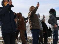 Telefon görüşmesi için karlı tepelere çıkıyorlar