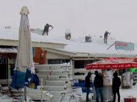 Muş'ta, çatılarda tehlikeli kar temizliği