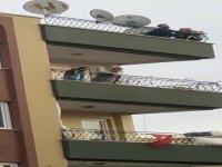 Çatıya çıkıp, intihara kalkışan genç kadını polis kurtardı