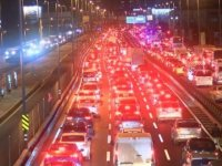 İstanbul'da kısıtlamanın başlamasına rağmen trafik yoğunluğu