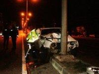 Otomobil direğe çarpı, 2 yaralı