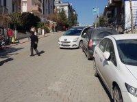 Şair Dertli Sokak girişinde park etmiş araçlara tepki