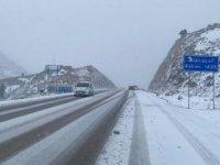 Kar yağışı Antalya- Konya karayolunda ulaşımı olumsuz etkiliyor