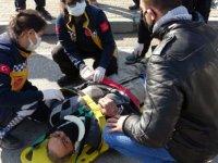 Motosikletiyle geçerken, babasını yerde yaralı gördü