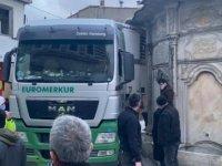 Üsküdar'da TIR dar olan sokakta sıkıştı