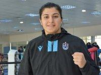 Dünya şampiyonu milli boksör Busenaz Sürmeneli, genç kızlara hayallerinin peşinden koşmayı öğütlüyor