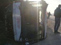 Lastiği patlayan yolcu otobüsü, su kanalına devrildi: 18 yaralı