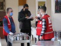 Türk Kızılay'ı ve gönüllü öğretmenler, ihtiyaç sahiplerine iftar yemeği dağıtıyor