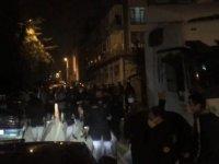 Bursa'da kalabalık iki aile arasındaki kavgayı polis ayırdı; o anlar kamerada