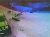 Kamyonetle çarpışan elektrikli bisikletteki Eren öldü; kaza kamerada