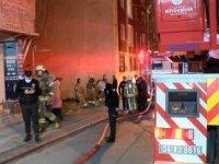 Bağcılar'da gecekonduda çıkan yangın yan binaya sıçradı