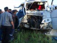 Kamyonet şerit ihlali yapınca minibüse çarptı: 3 yaralı
