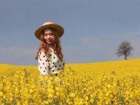 Altın sarısı kanola tarlaları fotoğrafçılara doğal stüdyo imkanı sunuyor