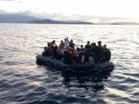 İzmir açıklarında Türk kara sularına itilen 23 sığınmacı kurtarıldı