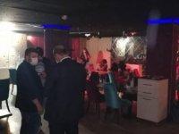 Karantinada olması gereken kişi barda eğlenirken yakalandı