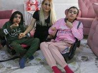 Hayatını 2 engelli çocuğuna adadı