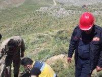 Kayalıklardan yuvarlanan yaşlı adamı, itfaiye kurtardı