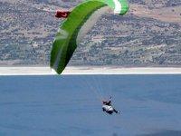 Paraşütçülerden Türk bayraklı '19 Mayıs' atlayışı