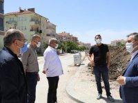 Başkan Demirbaş, yapımı süren kaldırım çalışmalarını yerinde inceledi