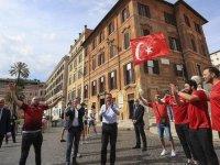 Bakan Kasapoğlu, Roma'da Türk taraftarla bir araya geldi