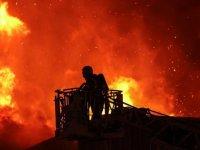 Küçükçekmece'de kağıt ambalaj fabrikasında yangın çıktı