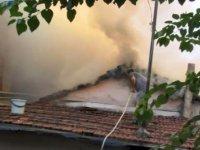 Sarıyer'de gecekondunun çatısında yangın çıktı, mahalleli hortumla su sıkarak söndürmeye çalıştı