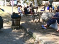 Akyaka'da turistlerle çevre temizliği