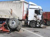 TIR'ın çarptığı traktör ikiye bölündü; sürücü yaralı
