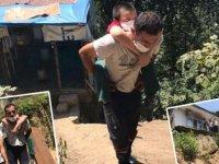 Yol olmadığı için engelli oğlunu sırtında taşıyan babadan yardım çağrısı