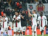 Beşiktaş taraftarlarından tepki ve destek aynı anda