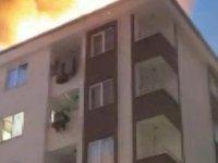 Esenyur'ta binanın çatısı alev alev yandı