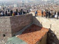 Ankara Kalesi'nde tehlikeli sur turu