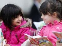 Çocuklarımızı kitap okumaya özendirmemiz gerekiyor