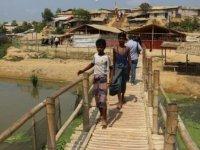 Arakanlı Müslümanlar için bambu evler yapılıyor